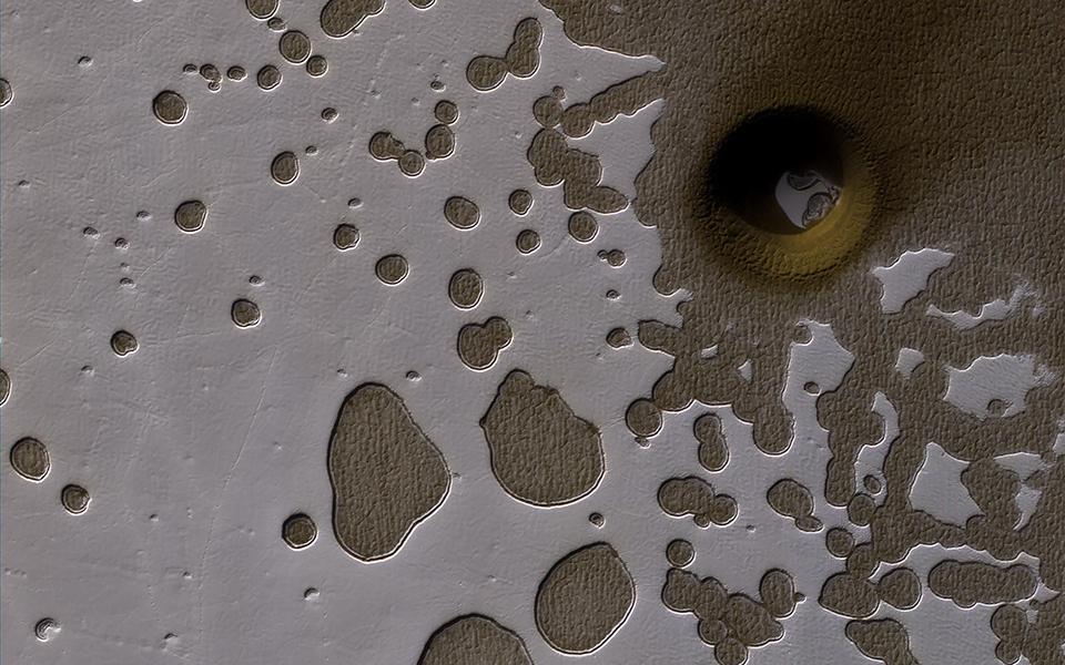 新的地質結構來源不明。(NASA/JPL-Caltech/University of Arizona)