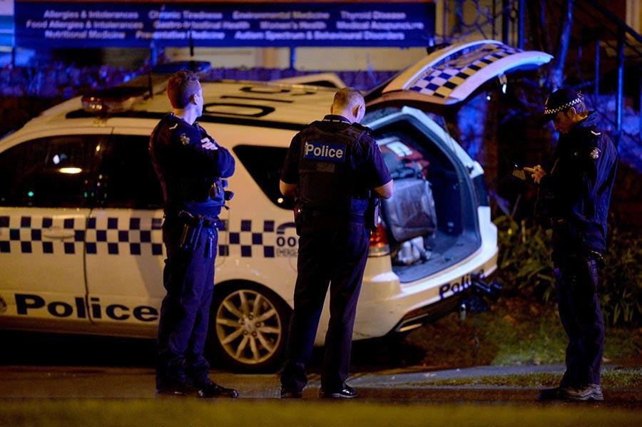 6月5日下午,澳洲墨爾本的海邊區布萊頓(Brighton)發生一宗人質劫持案,劫匪被警方擊斃,三名警察受傷,被劫持的一名女子獲救。(MAL FAIRCLOUGH/AFP/Getty Images)