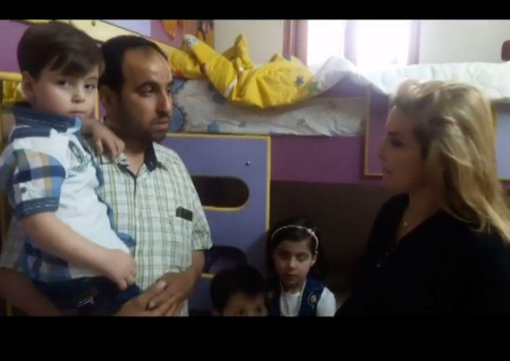 5歲男童奧姆蘭・達尼希(Omran Daqneesh)一家接受了黎巴嫩一個電視台訪問。(視像擷圖)