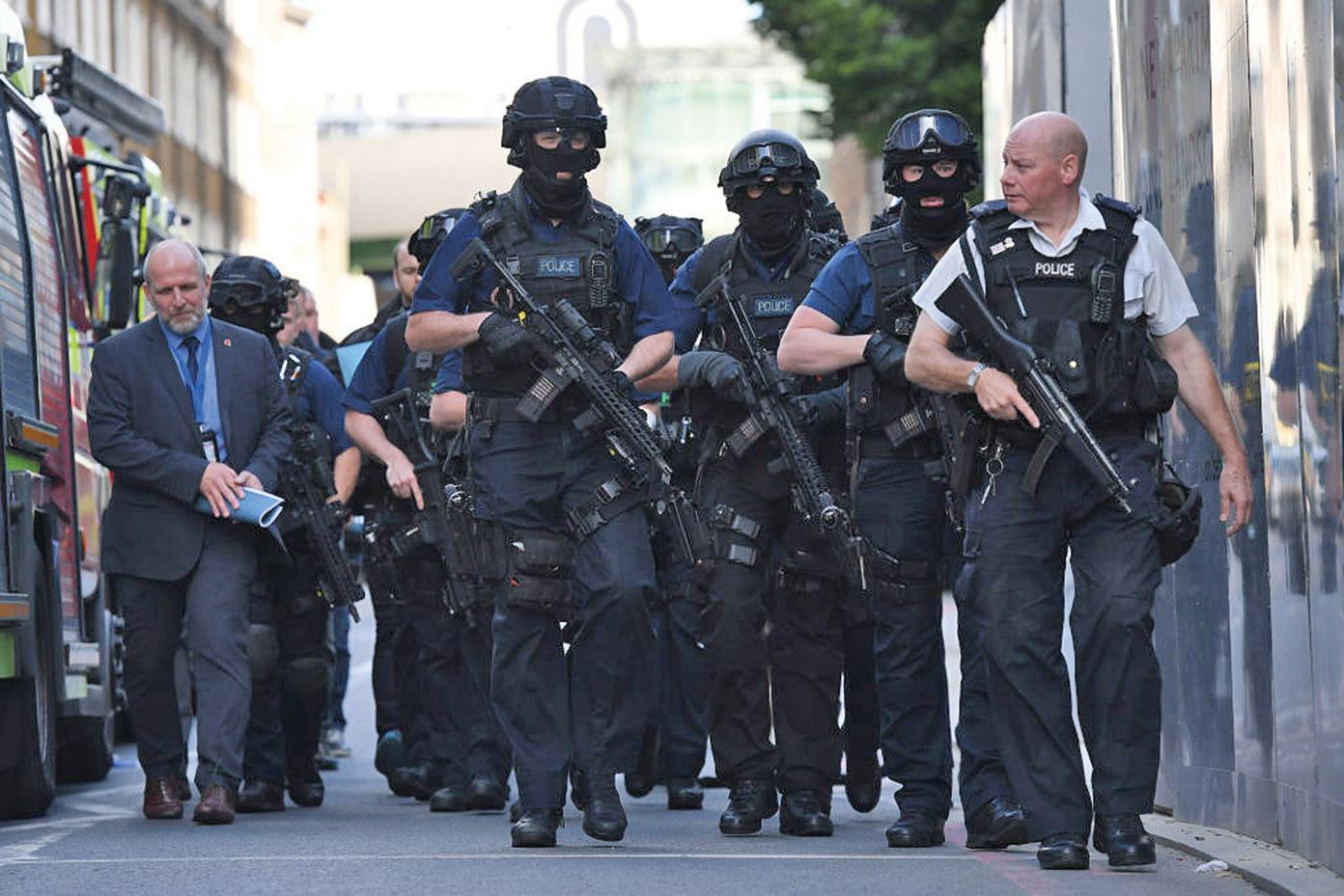 恐襲發生後,手持衝鋒槍的警察在事發地點附近巡邏。(Getty Images)