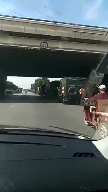 今年「六四」敏感期,網傳北京軍車連綿布防。(網絡擷圖)