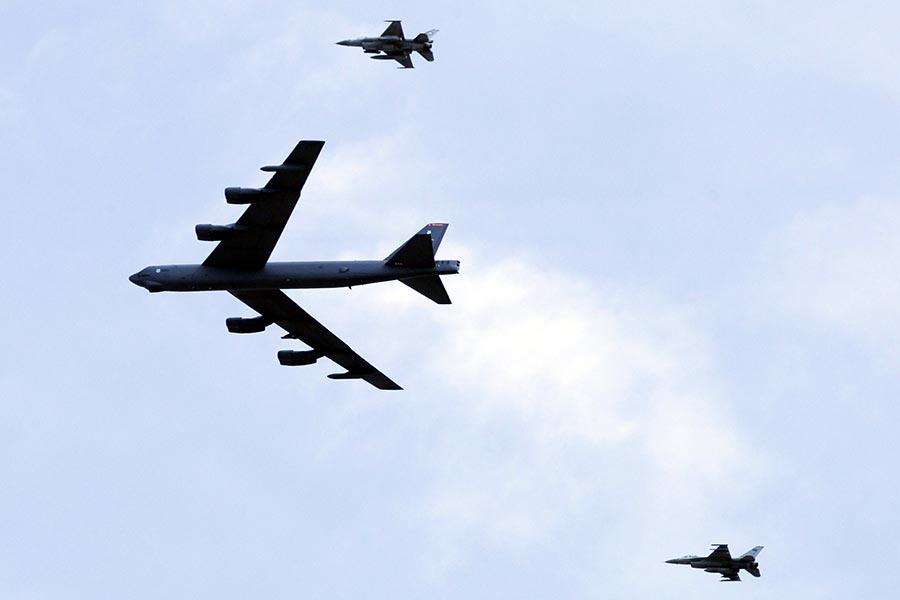 俄羅斯國防部6月6日說,它的戰鬥機攔截了一架靠近俄羅斯領空邊境的美國B-52戰略轟炸機。圖為B-52轟炸機參加軍事演習。(KHALIL MAZRAAWI/AFP/Getty Images)