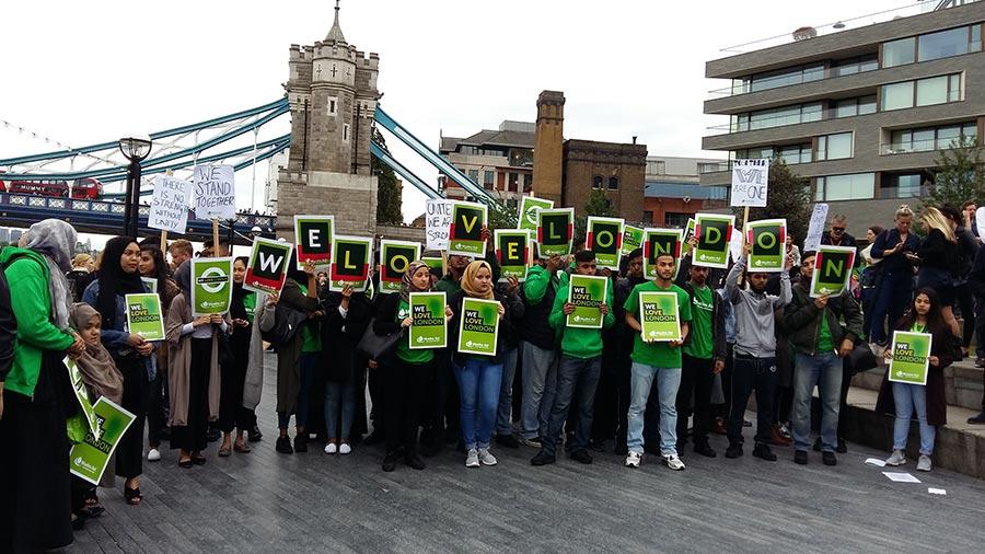 十幾位穆斯林打出寫著「我們愛倫敦」的橫幅。(夏松/大紀元)