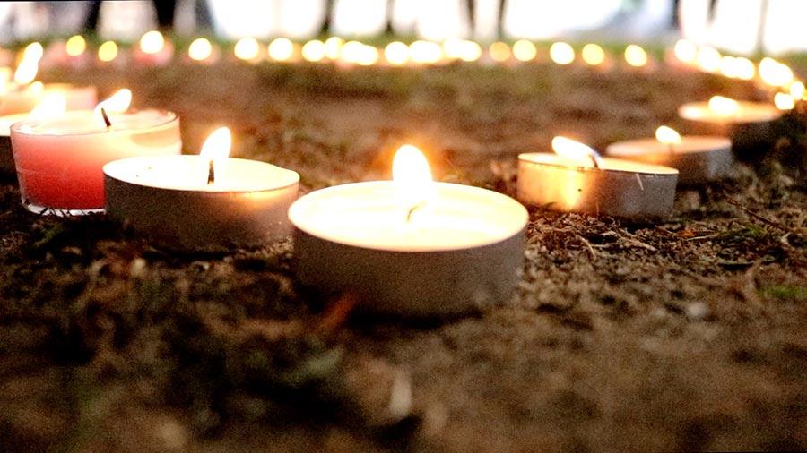 悼念者將蠟燭擺成了心形,以此傳遞對罹難者的哀思。(任真/大紀元)