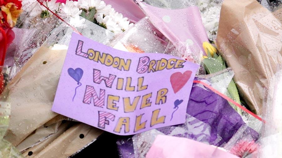 一張紀念紙片上寫著:倫敦橋永不會倒塌。(任真/大紀元)