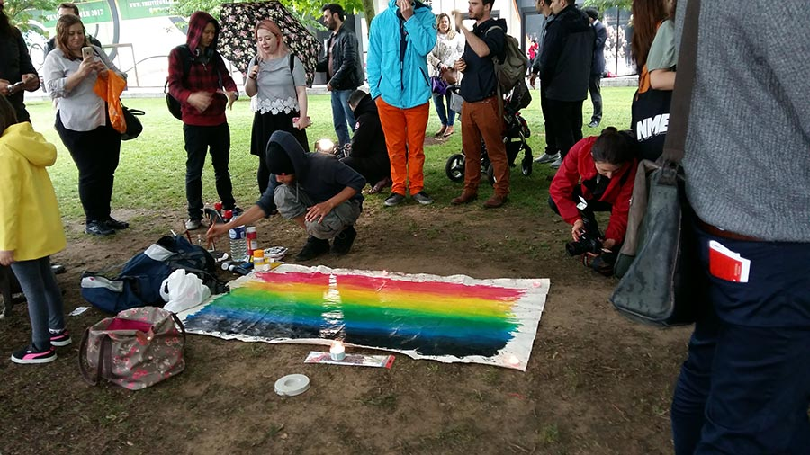 一位居住在倫敦的白人小伙子做了一幅彩虹畫,表達對和平的嚮往。(夏松/大紀元)