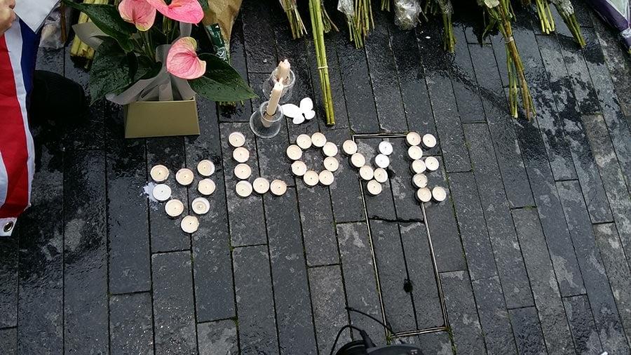 悼念的人用蠟燭在地上擺出Love的字樣。(夏松/大紀元)