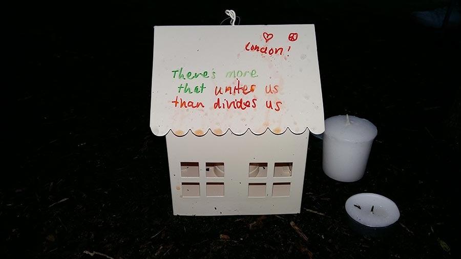 一位女士做了一個白色小屋,裏面放著蠟燭,屋頂一面寫著:倫敦永遠強大。另外一面寫著:將我們團結在一起的力量比分裂我們的力量更強大。(夏松/大紀元)
