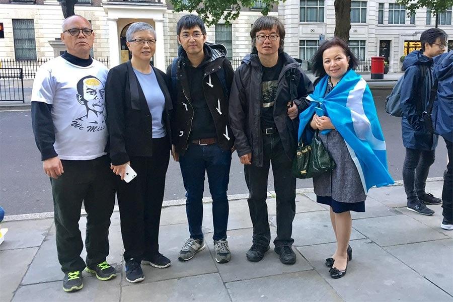 「六四」天安門慘案28周年之際,幾十位來自英國各地的華人和西人聚集在倫敦中使館前抗議。圖為(從左至右)倫敦民運人士吳呂南博士MBE;六四天安門事件倖存者王超華博士;香港雨傘運動學生領袖周永康;六四倖存者邵江博士;維吾爾族維權人士Rahima Mahmut。(文沁/大紀元)