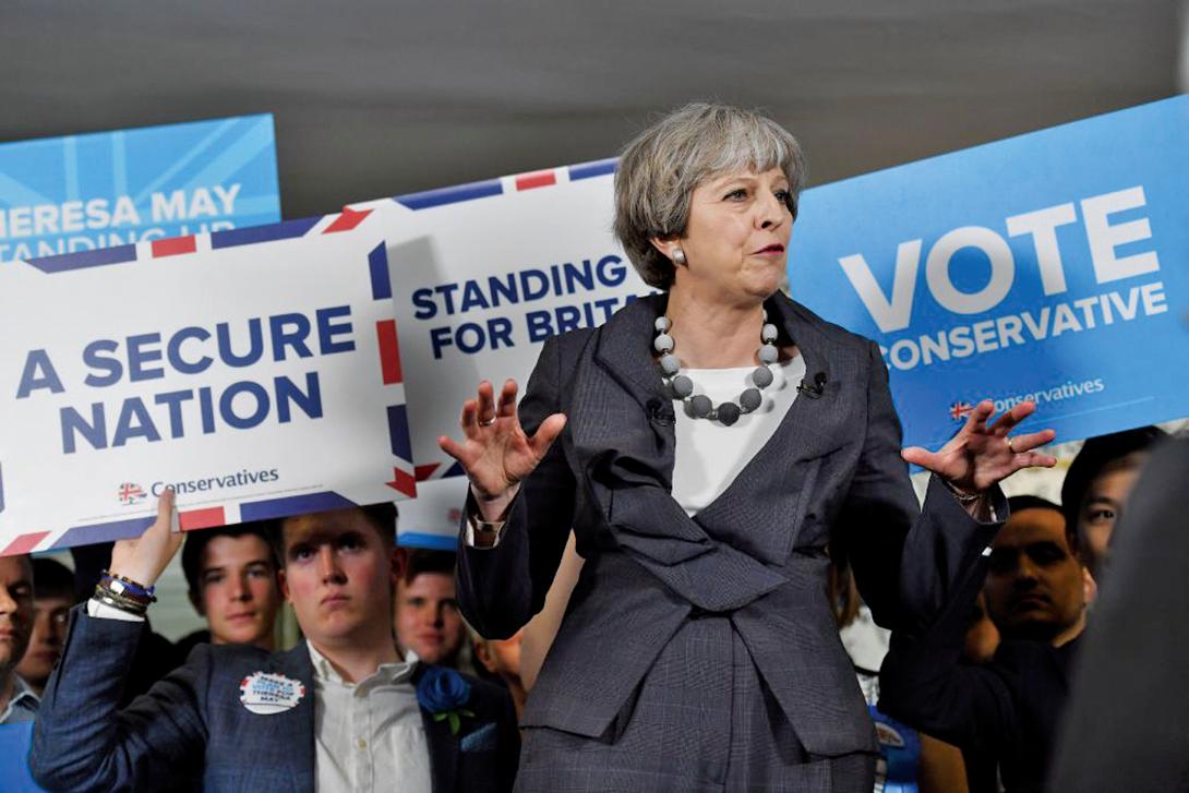 英國今(8)日舉行國會選舉,兩大黨保守黨與工黨的民調差距不斷縮小,讓保守黨黨魁文翠珊始料未及。(AFP)