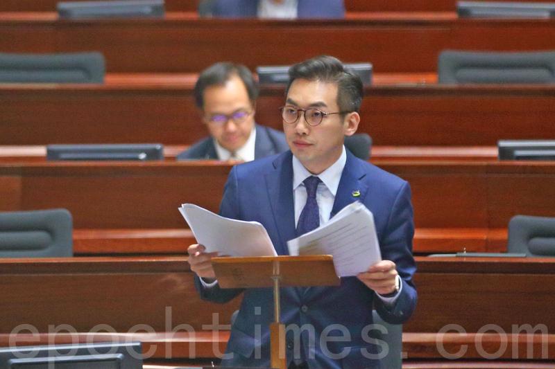 公民黨黨魁楊岳橋代表28名非建制派議員,提出引用《基本法》73(9)條啟動彈劾特首梁振英的議案。(李逸/大紀元)