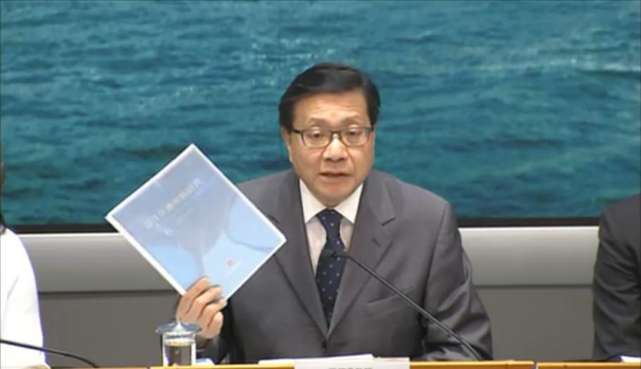 輸及房屋局局長張炳良昨日出席記者招待會,簡介《公共交通策略研究》報告。(政府網上廣播擷圖)