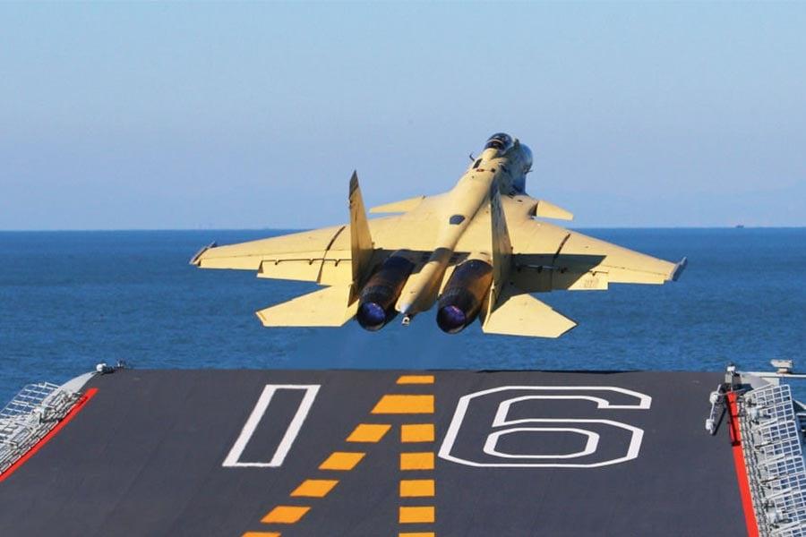 圖為一殲15艦載機從遼寧號航空母艦起飛。(網絡圖片)