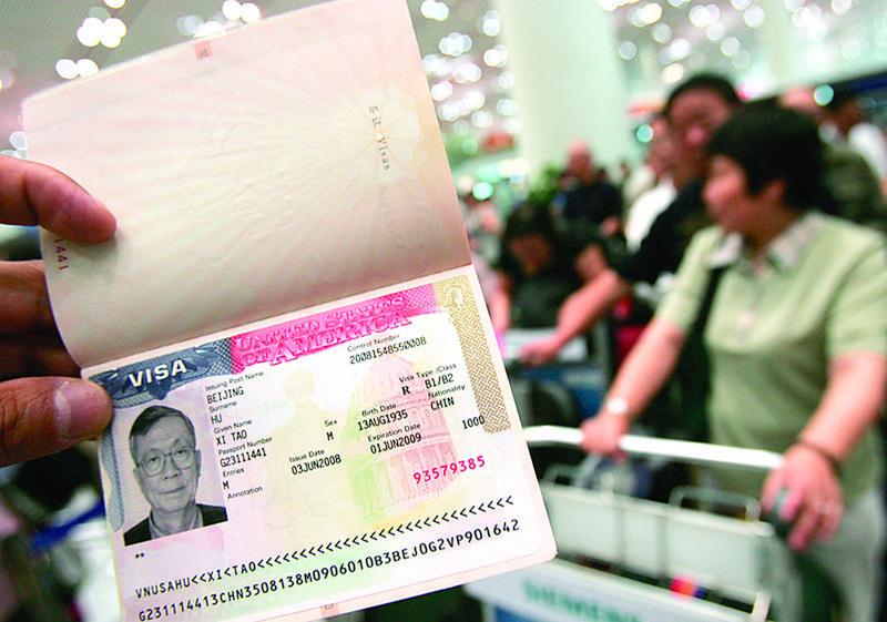 █美國駐華大使館表示,面向中國公民的10年簽證不會作廢。圖為北京機場,一名中國民眾護照上的美國簽證。(Getty Images)