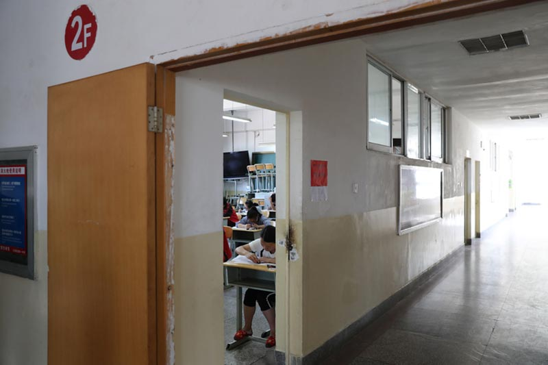大陸高考作文科目結束之際,數名專家點評作文題。圖為雲南省昭陽區第一中學考點。(大紀元資料室)