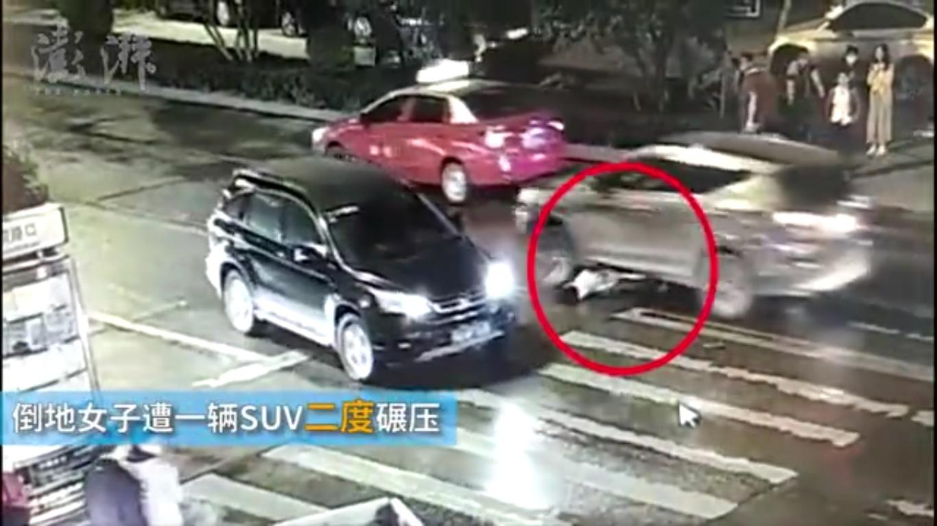 一分鐘內,該女子被第二輛汽車攔腰碾過。(視像擷圖)