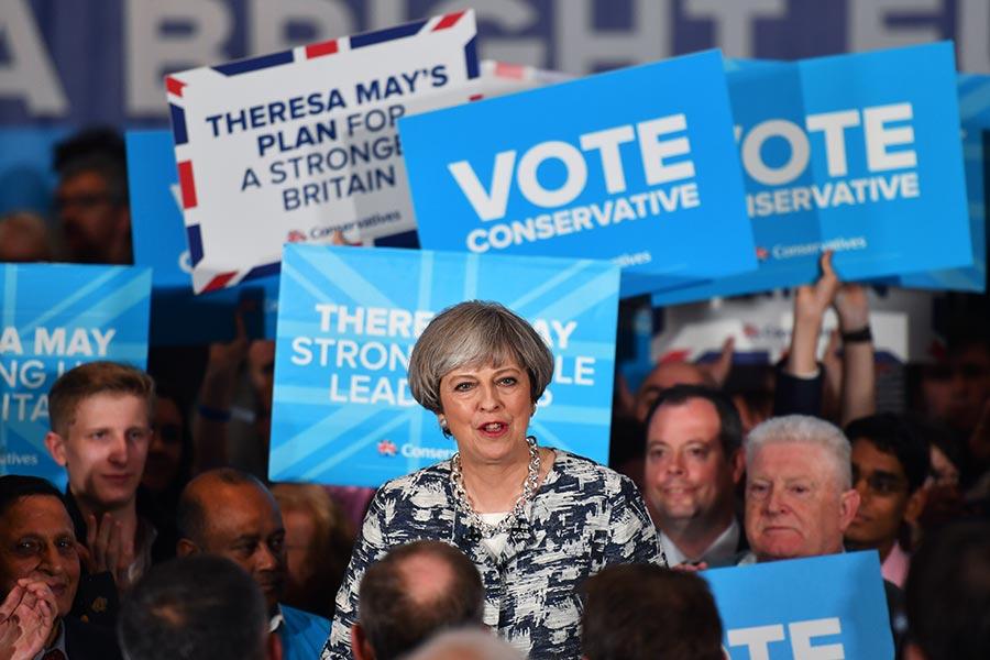 英國國會大選6月8日登場。圖為首相文翠珊7日在伯明翰舉行的大選競選活動中發表講話。(BEN STANSALL/AFP)