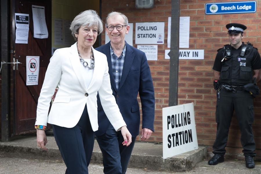 保守黨領袖文翠珊和先生進行投票。(Matt Cardy/Getty Images)
