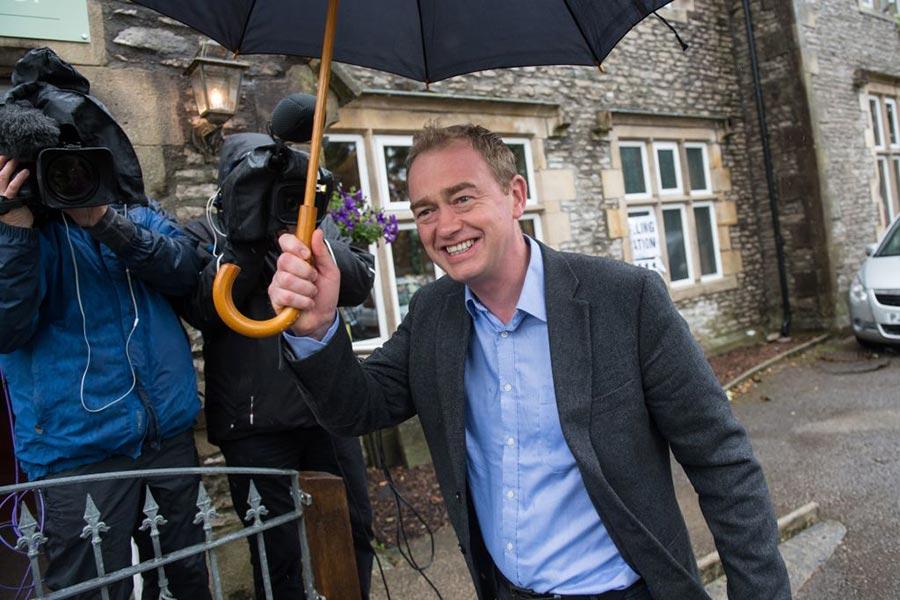 自民黨領袖方偉倫(Tim Farron)投票。(OLI SCARFF/AFP/Getty Images)