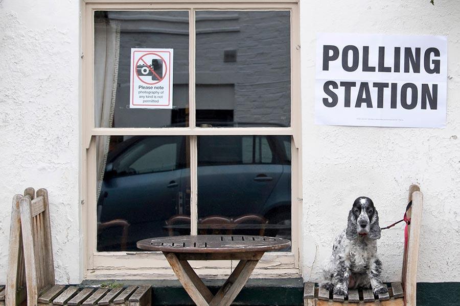 英國一家設在酒吧的投票站。(JUSTIN TALLIS/AFP/Getty Images)