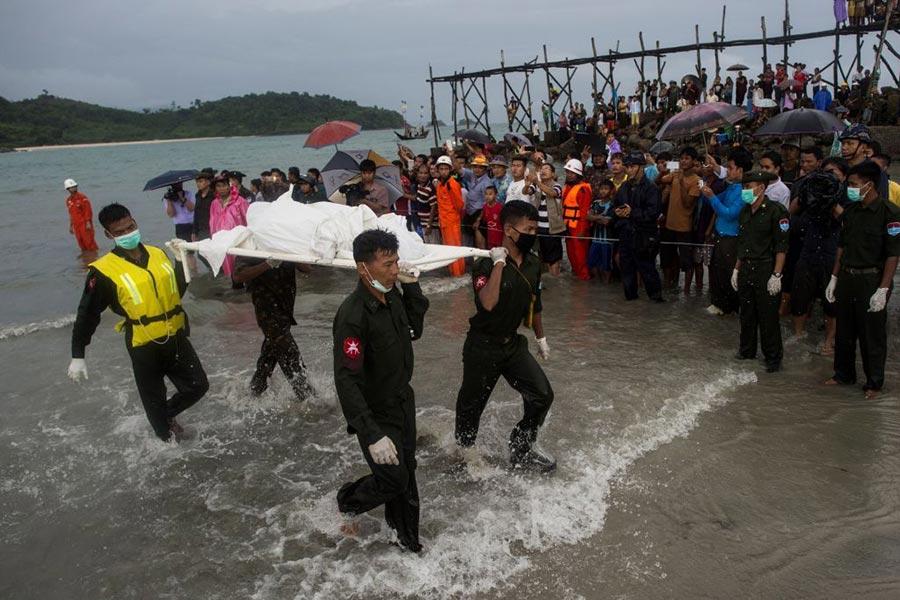 2017年6月8日,緬甸數以百計的人在緬甸南部的一個海灘上聚攏,等待著親人的消息。一架中國製造的軍用飛機在安達曼海上墜毀,機上載有122人。(YE AUNG THU/AFP/Getty Images)