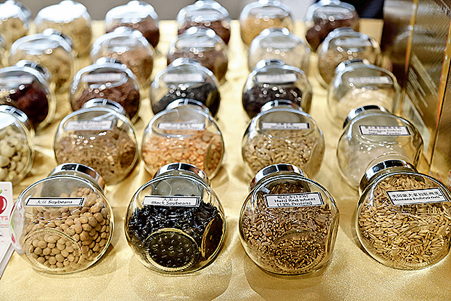 Dr. Oatcare以蒙大拿初胚燕麥為基礎,又添加17種有機種子及9種綜合堅果粉,不但健康更獲得新加坡保健促進局「更高全穀物」的標籤肯定。