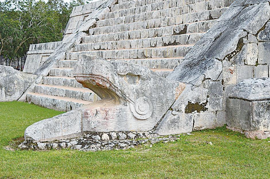 金字塔階梯底部的羽蛇神頭部雕像。(edtribo/CC/Pixabay)