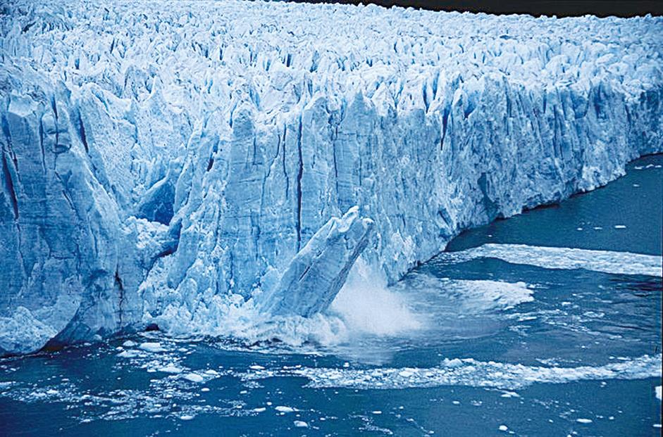 當冰川向前伸延時,大幅的冰塊會塌陷。(Christof Berger/CC/Wikipedia)