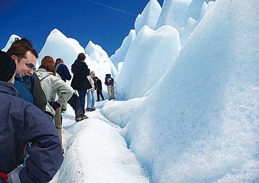 在冰川上跋涉的遊客。(Stevage/CC/Wikipedia)