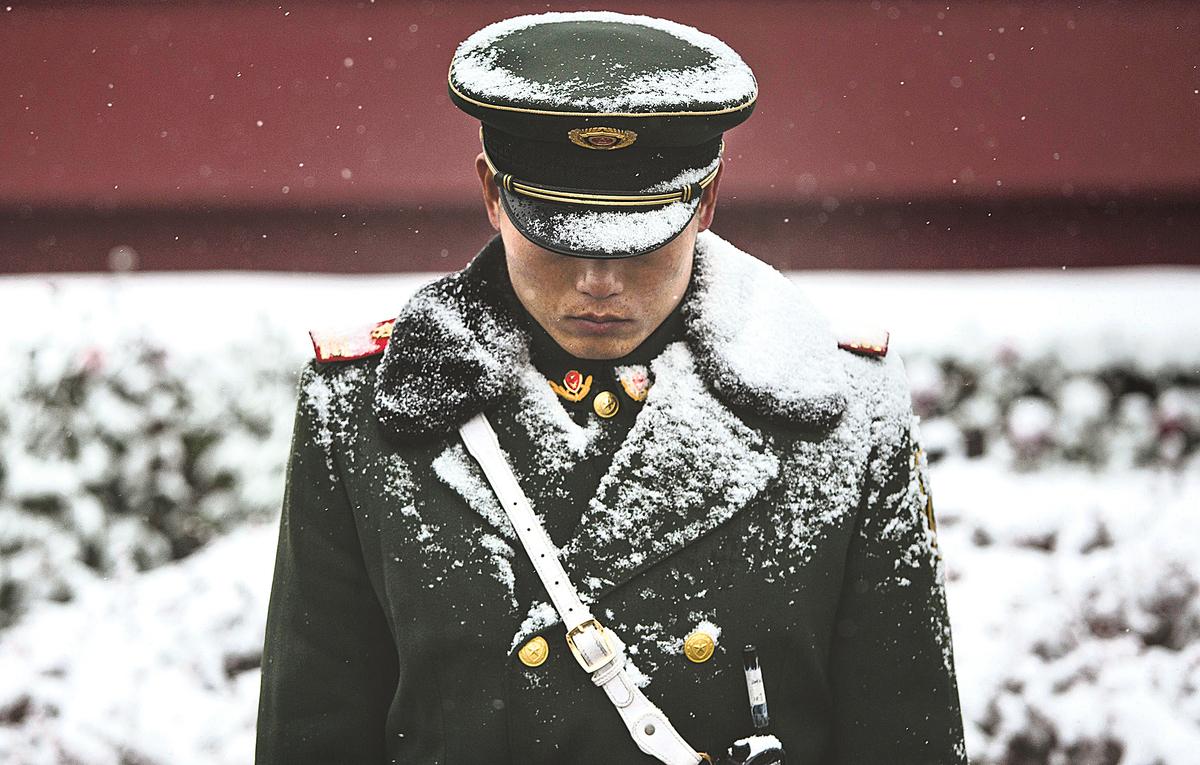隨著秋天將召開的中共「十九大」腳步漸近,高層政治博弈戰場已硝煙瀰漫。圖為北京天安門守衛人員。(Getty Images)