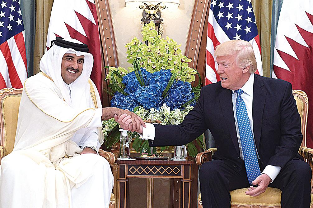 卡塔爾的「80後」元首塔米姆.本.哈邁德.阿勒薩尼(左)上個月和特朗普(右)會面。特朗普對卡塔爾的不滿似乎當時就已經「寫在」臉上。(AFP)
