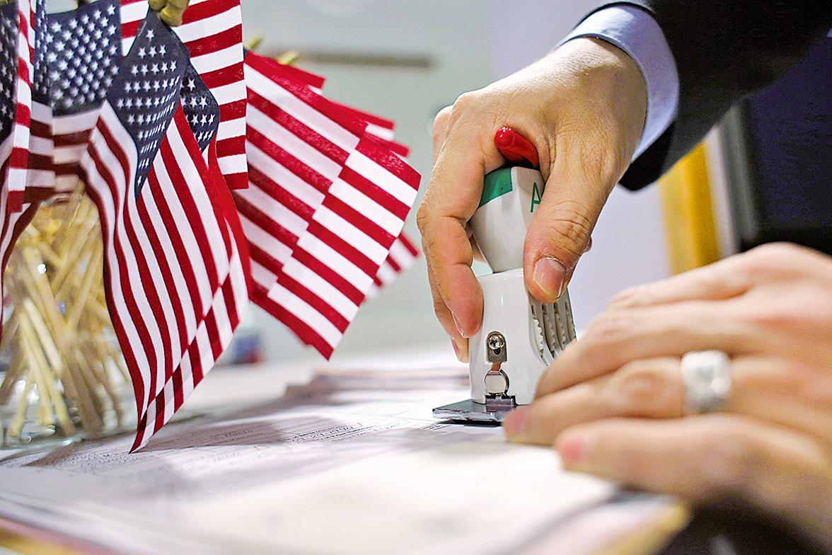 美移民局收緊H-1B簽證,嚴格認定學歷證件。(John Moore/Getty Images)