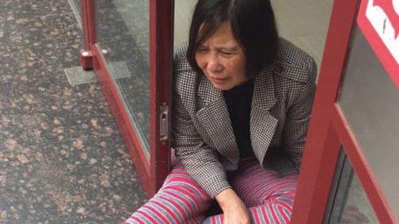 北京維權律師倪玉蘭被中共警察從輪椅推到地下,腰、頸部受傷。(自由亞洲提供)
