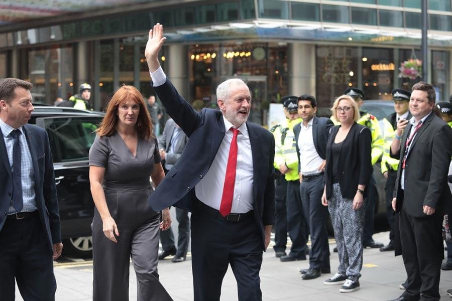 圖為6月9日工黨領袖郝爾彬到達工黨總部。(Jack Taylor/Getty Images)