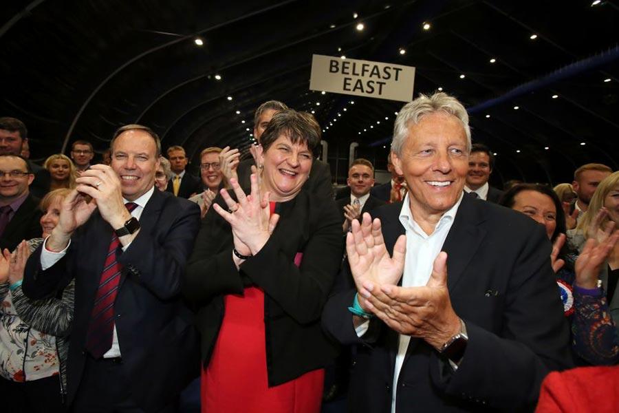 愛爾蘭民主聯盟黨(DUP)在歡慶勝利,居中的是該黨領袖Arlene Foster。(PAUL FAITH/AFP/Getty Images)
