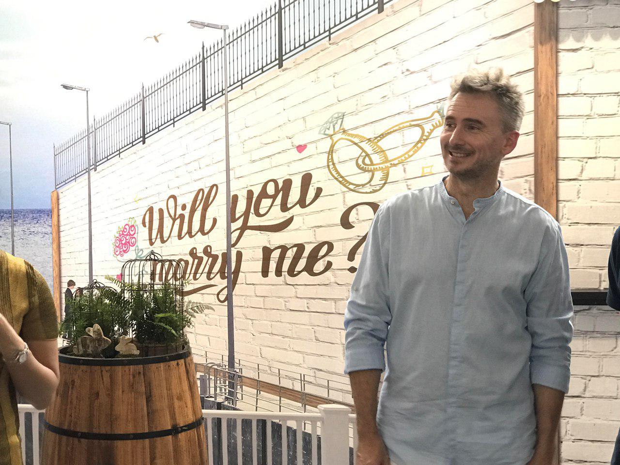 河國榮回想當年結婚時在筲箕灣接新娘,再乘渡海小輪到九龍舉行婚禮。(王文君/大紀元)