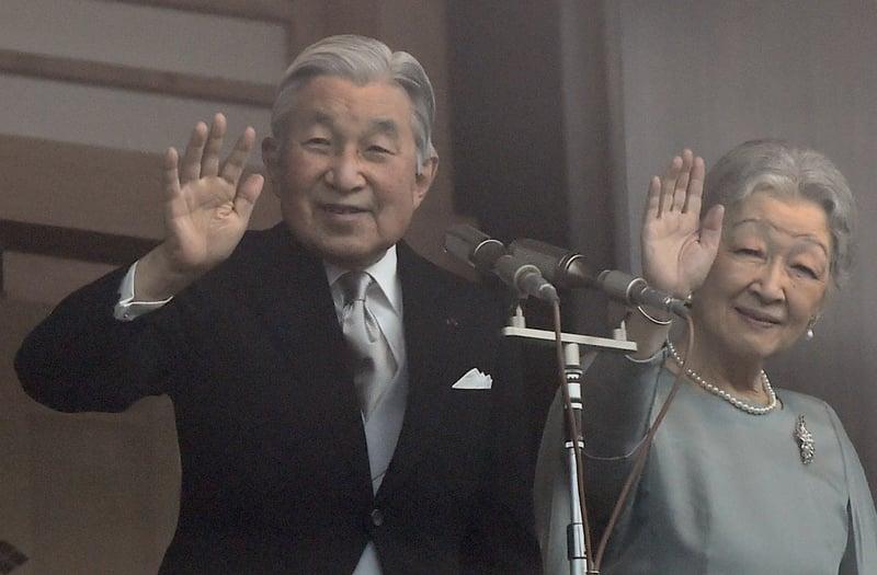 日皇明仁(左)站在宮殿陽台,接受民眾前來參賀82歲生日。(TOSHIFUMI KITAMURA / AFP)