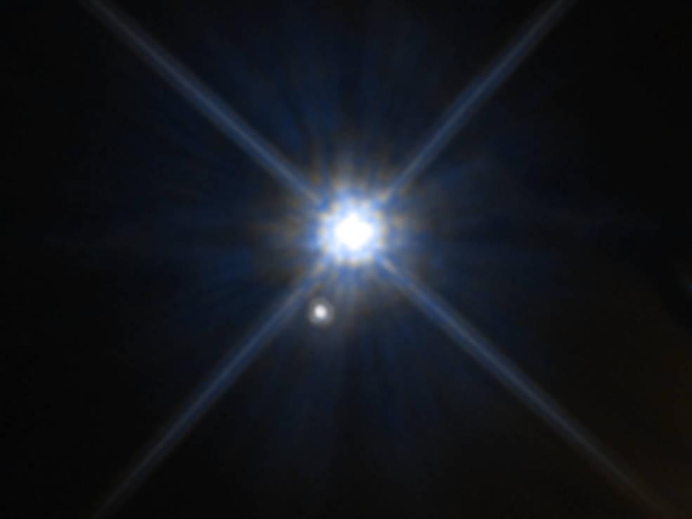 因為光線在空間場中發生彎曲,所以哈勃望遠鏡所觀測的恆星位置會出現變化。[NASA, ESA, and A. Feild (STScI)]
