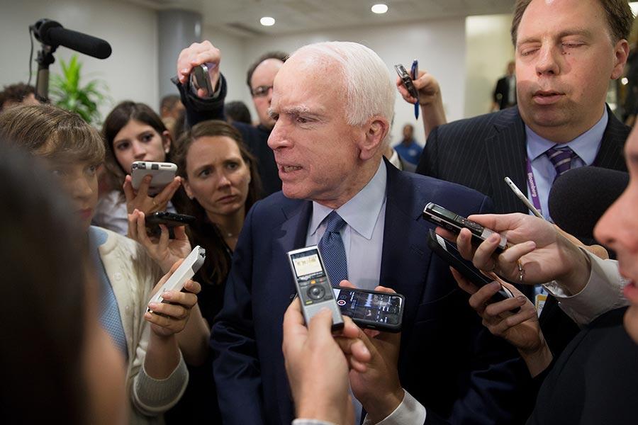 5月18日,國會議員麥肯恩在參加一個有關科米被解職的會議後,被記者提問。(Tasos Katopodis/Getty Images)