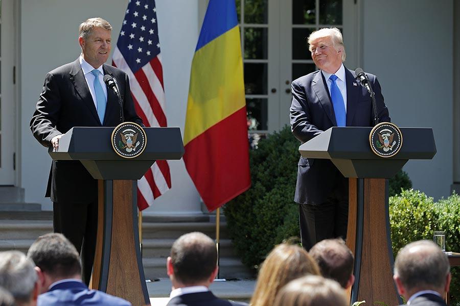 特朗普6月9日在白宮玫瑰園跟來訪的羅馬尼亞總統舉行聯合新聞發佈會。(Chip Somodevilla/Getty Images)