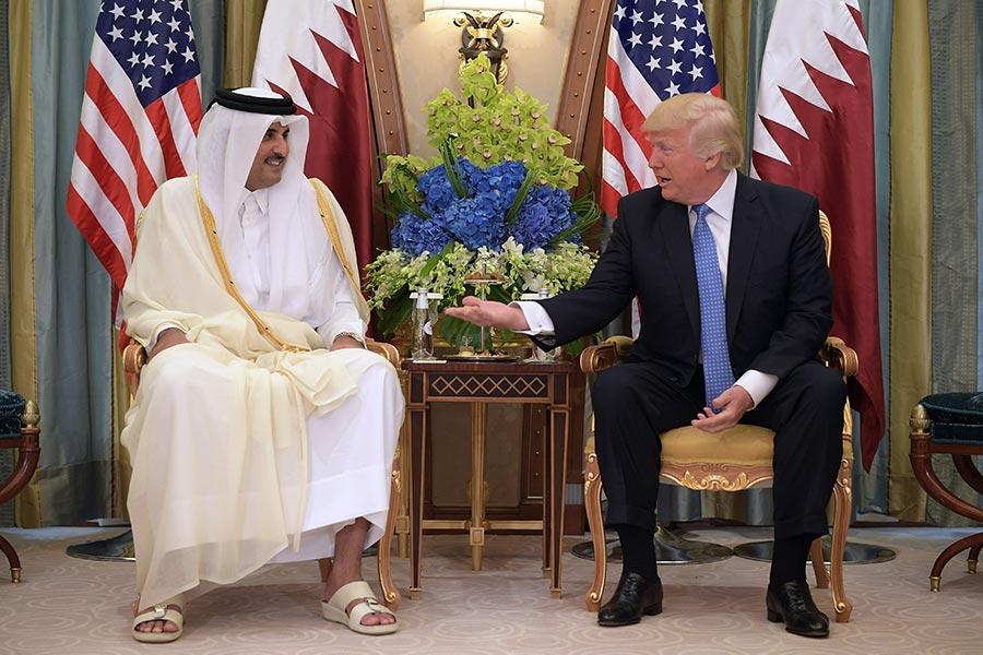 圖為美國總統特朗普在今年5月21日中東之行中,與卡塔爾酋長國埃米爾塔米姆・本・哈邁德・阿勒薩尼在沙特阿拉伯首都利雅得會晤。(MANDEL NGAN/AFP/Getty Images)