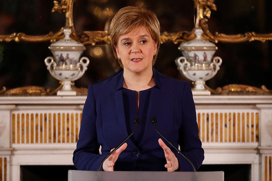 圖為蘇格蘭民族黨領袖施雅晴在9日就英國大選的結果召開記者會。(RUSSELL CHEYNE/AFP/Getty Images)