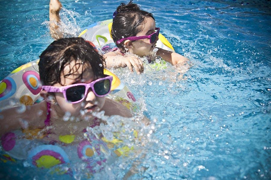 夏天,尤其暑假期間,很多孩子喜歡去游泳。家長要睜大眼睛注意孩子的安全。(Pixabay)