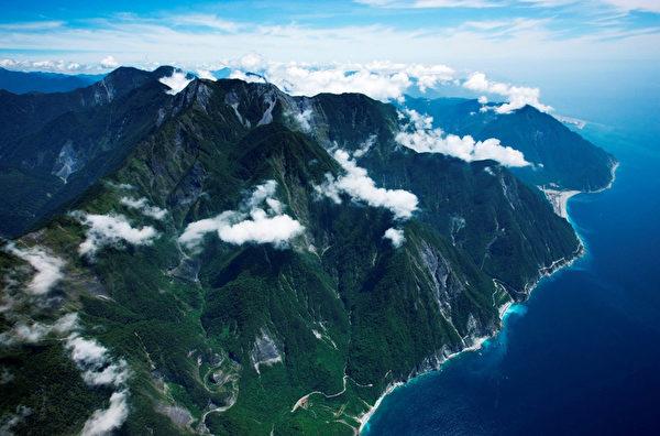 航拍紀錄片《看見台灣》耗資新台幣近億元拍攝,可說是台灣影史最貴的紀錄片,要讓台灣人透過不同的高度來看看台灣的美麗與哀愁。(台灣阿布電影提供)