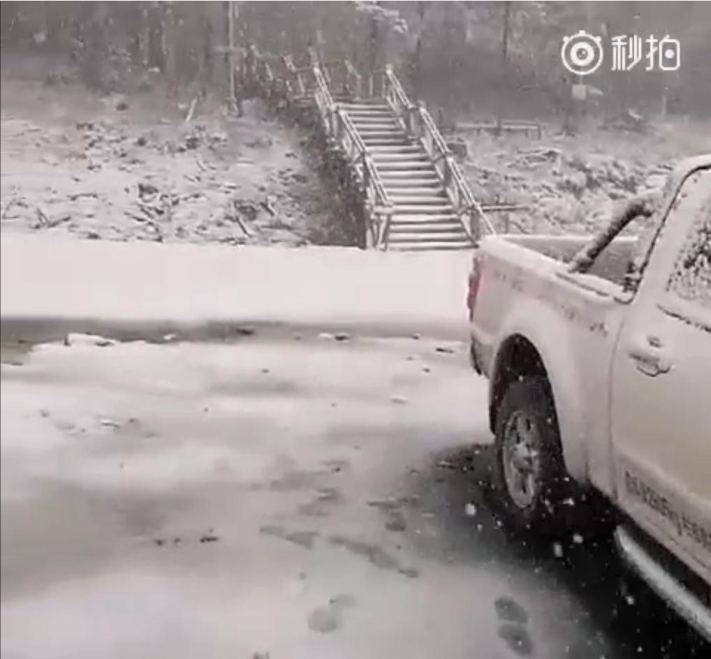 近日,大陸極端天氣頻現。京津冀連遭高溫天氣,北京最高溫逾40度,黑龍江局地六月飄雪,重慶遭暴雨襲擊,內蒙古近3億畝草原受旱災。圖為黑龍江飄雪。(視像擷圖)