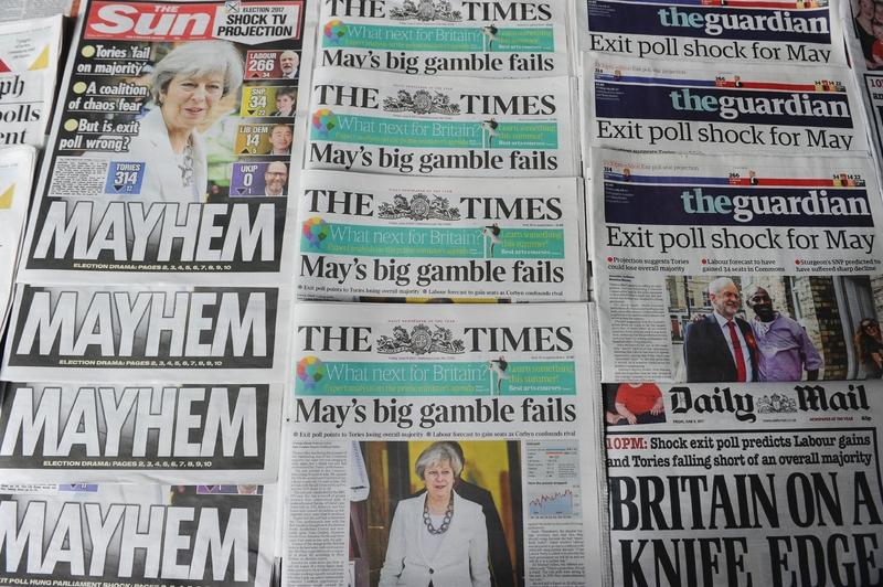 英國大選結果出人意料,歐洲政界聚焦。圖為6月9日,英國日報首頁報道有關大選的投票結果。(DANIEL SORABJI/AFP/Getty Images)