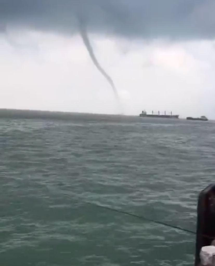 廣西北海「龍吸水」 水柱衝天近二百米高