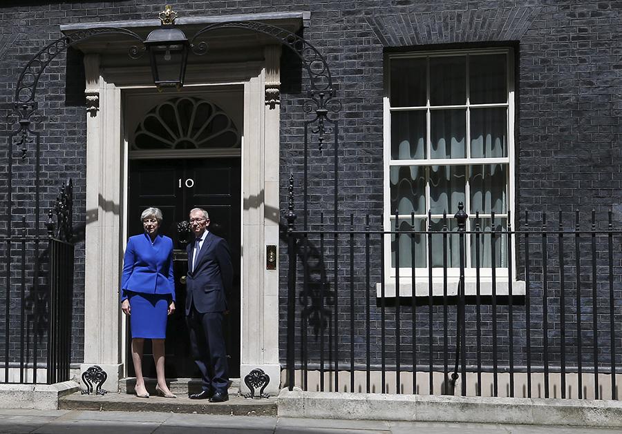 英國6月8日大選結果出乎意料,在國內掀起傳文翠珊被逼宮,外交上為原定6月19日開始脫歐談判添變數。圖為文翠珊和丈夫9日在唐寧街10號首相府前攝。(JUSTIN TALLIS/AFP/Getty Images)