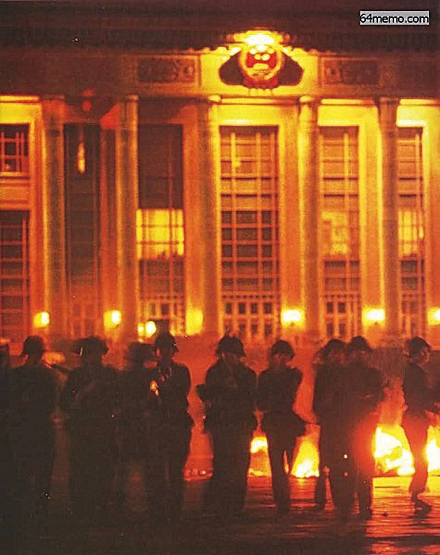 六四凌晨4時,士兵自人民大會堂衝出,槍口指向人民英雄紀念碑下的學生,一邊開火一邊推進。(網絡圖片)