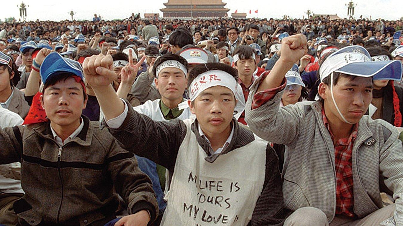 1989年5月18日,北京大學學生開始進行絕食請願。